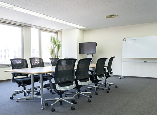 フリースペースや貸し会議室を設けて幅広いニーズに応えるビルに